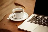 šálek kávy a počítač