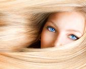 Blond tjej. blond kvinna med blå ögon