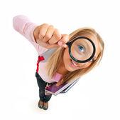 Legrační školačka při pohledu přes zvětšovací sklo