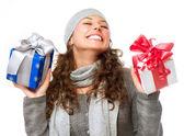 Glückliche junge Frau mit Weihnachtsgeschenke. Geschenk-box