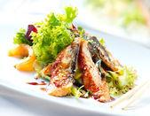 Salade avec anguille fumée avec sauce unagi. cuisine japonaise