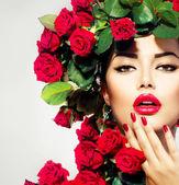 Szépség divat modell lány arckép piros rózsák frizura