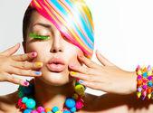 Szépség lány, álló tájolás, színes smink, haj és kiegészítők