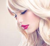 Blonde Frau Porträt. schöne blonde Mädchen mit langen welliges Haar