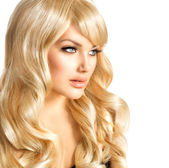 Blondýnka krása. krásná dívka s dlouhými kudrnatými vlasy blond