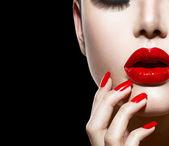 červené sexy rty a nehty closeup. manikúra a make-up