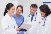 Zdravotní sestry a lékaři při pohledu na schránky