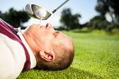 Tričko golfista hospodářství v zubech