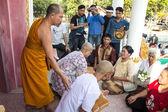 Nově thajské monk v thajském chrámu