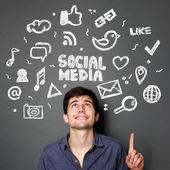 Muž s ručně tažené ilustrace konceptu sociální média