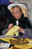 Egy azonosítatlan nő, a hagyományos ruha varrás