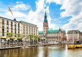 Krásný výhled na centrum města Hamburku s radnicí a řeky alster, Německo