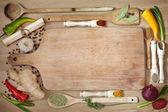Zöldségek és fűszerek határ és üres a daraboló-board