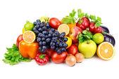 Sada různých druhů ovoce a zeleniny na bílém pozadí