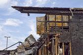 Popolare ristorante bruciato - detriti e rimangono di carbone e rottami di metallo