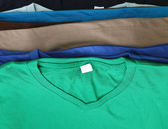Számos színes pólók