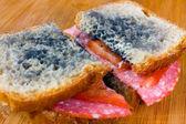 Plesnivé sendvič s salám, rajčata na prkýnko