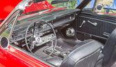 A 1960-as években piros Ford Mustang belső