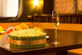 Dort s zelené a zlaté dekorace se šampaňským