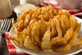 Cipolla bloomin fritto fatti in casa con salsa di immersione