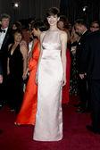 Los angeles - 24 feb: anne hathaway arriva agli 85 ° academy awards presentando gli Oscar al theater dolby su 24 febbraio 2013 a los angeles, ca