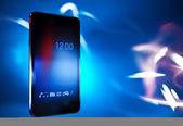 Černý chytrý telefon na modré rozostření pozadí, koncepce, šablona