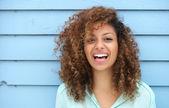 Veselá mladá Afričanka s úsměvem