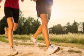 Mladý pár, běhání v parku