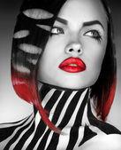 černé a bílé studio foto og modelka s pruhy na bo