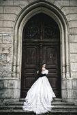 Tajemná žena v viktoriánské šaty s staré dveře