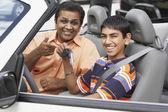Středního východu otec a syn v novém autě