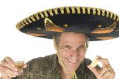 Muž středního věku turistické mexické sombrero klobouk pití tequily zastřelil