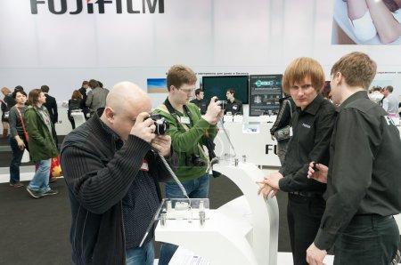 Постер, плакат: Photographers examine Fujifilm X Pro1, холст на подрамнике
