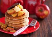 Lívance se skořicí a karamelizovanými jablky