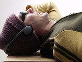 Mladý muž poslech hudby, použití sluchátek