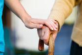 Az idősek segítése