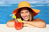 Krása ženy s dokonalý úsměv těší v bazénu na dovolenou