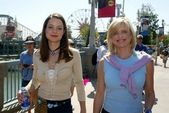 Kimberly williams e courtney thorne-smith al primo giorno del weekend abc primetime anteprima a disney california adventure, anaheim, ca, 25/08/02