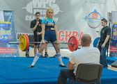 Mosca, russia - 13 giugno: atleta umerenkova julia in azione durante il campionato russo su eventi powerlifting a Mosca il 13 giugno 2013
