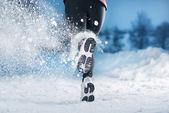 Zimní běžící žena