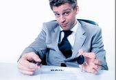 Realitní agent navrhuje podepsat nájemní smlouvu s předáním