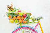 Kolo s košíkem ovoce a květin