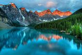 Preso al picco del colore durante lalba del mattino al lago moraine nel parco nazionale di banff