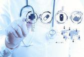 Gyógyszert orvos kézzel dolgozik, a modern számítógép interfész