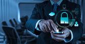 Podnikatel ruky Ukázat 3d mobilní s visacím zámkem jako internet securit