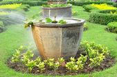 Velké čínské květináče ve veřejné zahradě