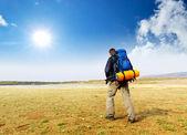 Turista v horském údolí. Sport a aktivní život koncepce