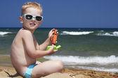 Dítě v sluneční brýle na pláži. malý chlapec v blízkosti moře