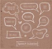Skizzenhafte Rede und Gedanken Blasen handgezeichneten auf Packpapier