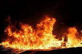 Velký požár na tmavém pozadí